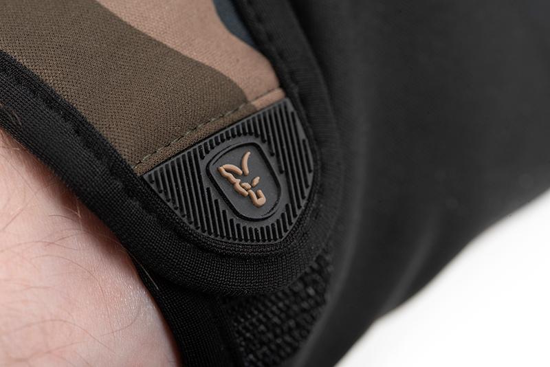 cfx125_127_fox_camo_thermal_gloves_strap_logo_detailjpg
