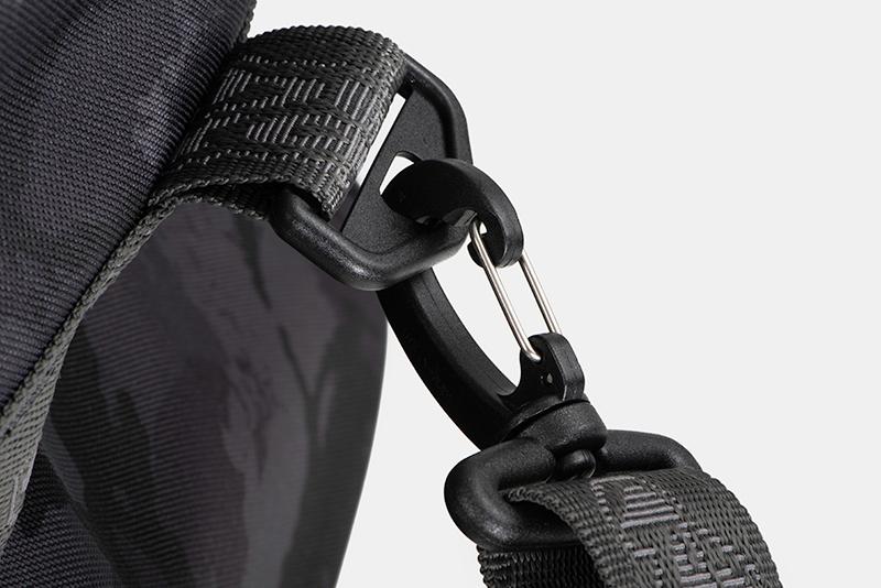 nlu095_rage_voyager_camo_holdall_large_shoulder_strap_carabiner_detailjpg